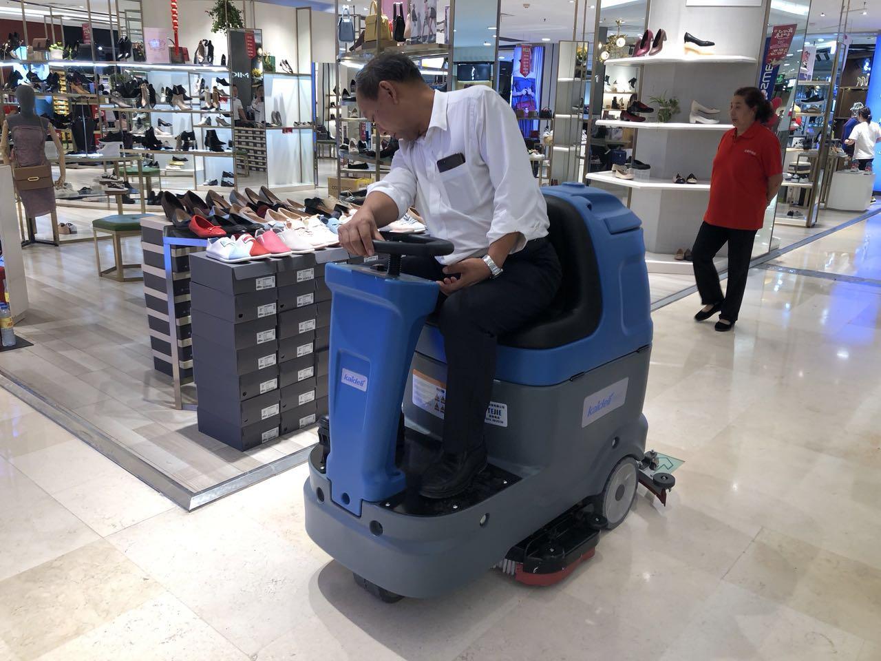 小型驾驶式洗地机N90的使用