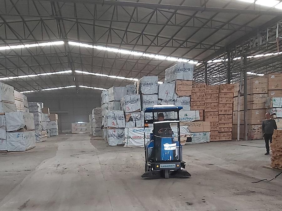 木料仓储木材厂使用电动扫地车清扫环境卫生