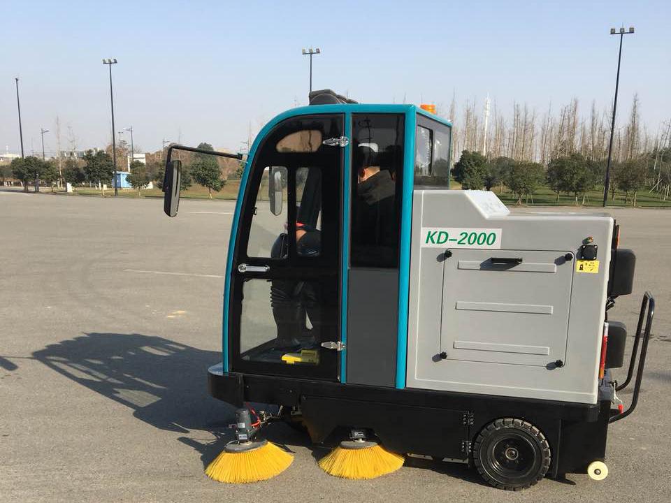 四川菊乐工厂采购电动扫地车选择了成都宏雯公司