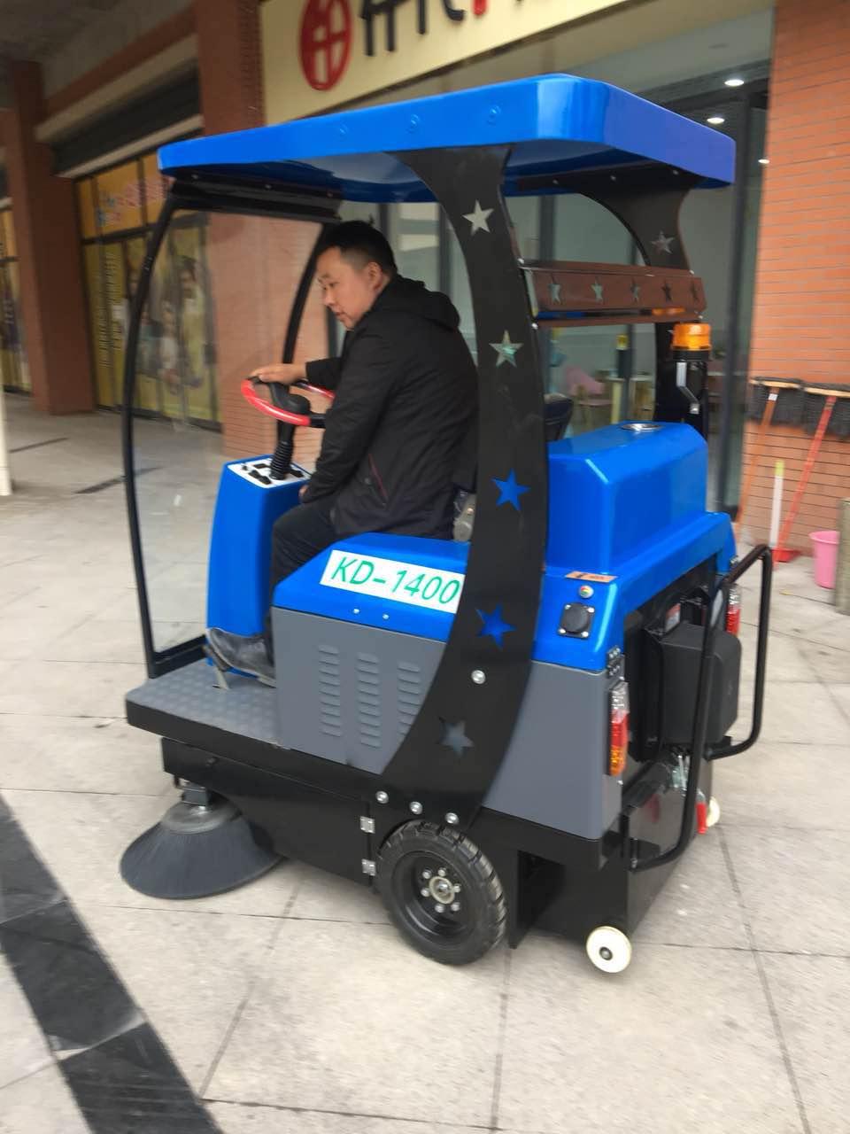 物业保洁电动驾驶扫地机
