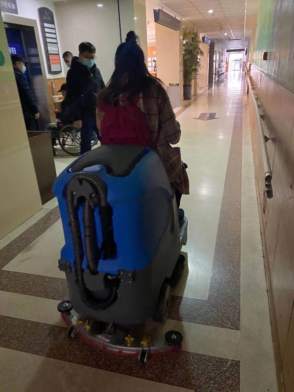 宏雯驾驶洗地机在医院清洁