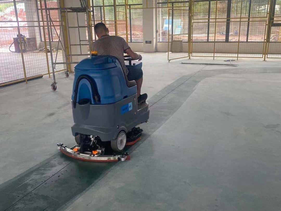 服装厂保洁使用驾驶式洗地机